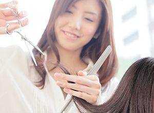 髪の毛を切る美容師